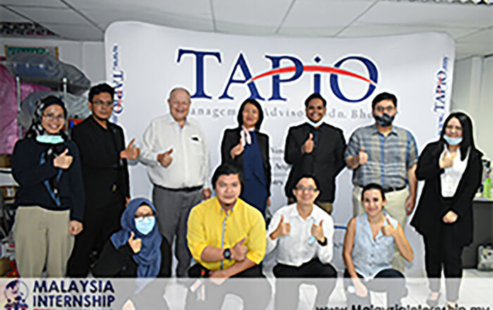 group photo session with former Editor-in-Chief of Bernama