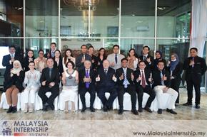group photo between interns and diplomats